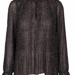 Smuk bluse - måler ca 65 cm fra skulder og ned. Vid model med en slags plisseringer hele vejen ned