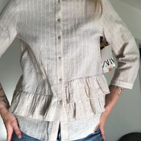Bluse fra Zara købt i Italien. Aldrig brugt, og stadig med prismærke. Passes også af en small 💛   Tjek også gerne mine andre opslag, for mere fedt og billigt tøj 💕