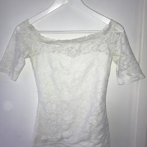 Hvid off-shoulder med blonder