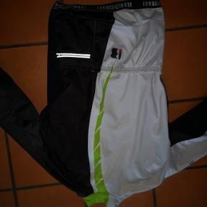 Lækker, varm og vindtæt cykeljakke fra BEMME. Hvid, grøn, sort. Sælges da den ikke bliver brugt. Prisen er fast, mobilpay foretrækkes og porto ved forsendelse betales af køber