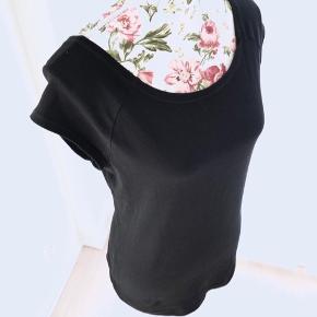 97% Bomuld. 3% Elastane.  Blouse black Short Sleeves T-shirt  -Super stretchy.  For flere billeder se i kommentar.  Se også mine andre annoncer ;)