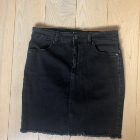 Rigtig flot sort nederdel fra Pieces🌸   Mængderabat gives! Sælger andre ting fra, Pieces, Marc by Marc Jacobs, acne, levis osv.   Skoene kan hentes i Aarhus og Skanderborg, ellers sendes på købers regning☀️