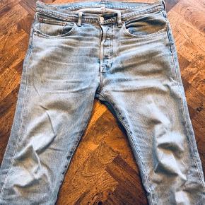 Klassiske fit / Levi's Jeans - God stand ingen pletter eller lignende.  Dog et lille hul, som sagtens kan sys sammen!   Størrelse: 32/32
