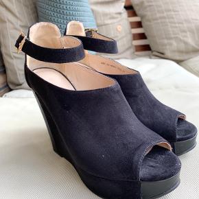 Skoene er brugt få gange og har nogle få mærker efter dette (højre side en lille skramme i sålen), som kan ses på billedet - ikke noget man lægger mærke til og fremstår ellers helt som nye.