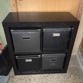 Sort rumdeler med 4 kasser.  78,5 cm lang  39,2 cm bred   Kan hentes gratis