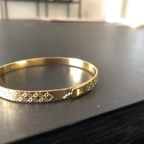 Ny, ubrugt Smukt guldarmbånd belagt med 18 karat Kan indstilles i tre størrelser med kliklås