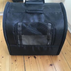 Fin transport taske til kæledyr. Den er brugt til hund meget få gange. Den trænger til en våd klud. Den har mange fine funktioner.  Mål:45x40x30