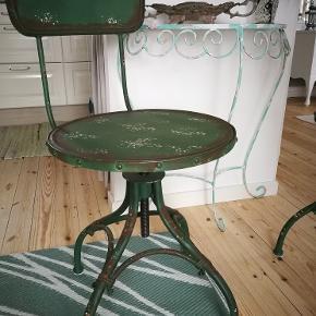 2 stk. fabriksstole. Kan skrues op og ned samt dreje. 500 stk. eller begge for 800 kr. Bliver ikke solgt billigere
