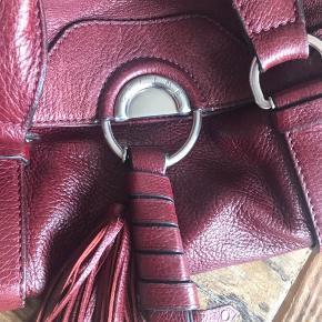 Smuk vintage Celine taske. Oplyst nypris 17.800 kr. Jeg har købt den af en privat sælger for 4000kr for 1 år siden. Får den desværre ikke brugt.  Bytter ikke Handler kun ts og sender med dao  Kun seriøse henvendelser, bud er bindende. Hvis aftaler ikke overholdes meldes de til support
