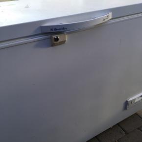 Kummefryser. 255 liter. Brugt, men fin stand. EVT. BYTTE med lille.Kan låses. Sælges på grund af ombygning. Incl 3 kurve, også fin stand.