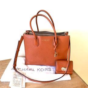 Michael Mercer Orange Leather, Cross Body Bag  Gold hardware  Følger med: Dustbag og bon  GRATIS med i købet: Michael Kors-pung, orange skind   Fin stand, har et par mærker fra cykelkurv, men ingen ridser og heller ikke påvirkning af vand eller andre væsker.  H19 L22 B11  Afhentes i 4600.  Købt i 2017 for 300 € (~ 2275,- dkr) Pris (INKL pung): 1400,-  Kan sendes for købers regning.  Når aftale etableres betales 50% af samlet beløb via MobilePay.