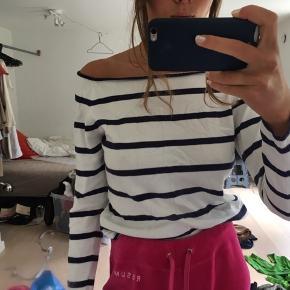 Off shoulder trøje fra H&M. Det er en størrelse large, men jeg er selv xs/s og bruger den lidt oversize. Kom med et bud:)