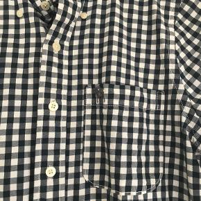 Lækker skjorte der kun er brugt et par gange. Det er str. L, men den er lille i størrelsen, jeg vil mene at den mere svarer til en str. M. Kan afhentes i Århus C. eller sendes med Dao for 37 kr.
