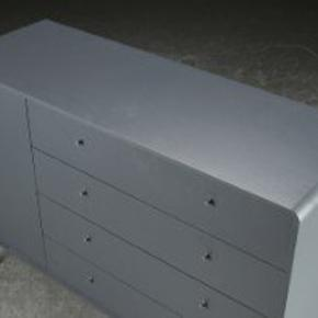 For dem der holder af møbler i høj kvalitet. Amber kommode i antracit lakering fra Bolia fremstår som ny og knap 2 år gammel. Vil du gerne ege den, så deltag i auktionen: https://www.lauritz.com/da/auktion/michael-h-nielsen-amber-kommode-fra-bolia/i5711363/?auctionId=6375442 Skænken har 4 rummelige selvlukkende skuffer og hylde i en anden sektion.  130x91x45, se den fulde beskrivelse https://www.bolia.com/da-dk/produkter/04-118-05_7870247/?id=04-118-05_7870241