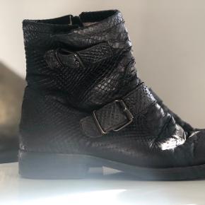 Støvler fra Billi Bi i slangeskind med lynlås of uldfor. Str. 38. De er brugte, men i super fin stand ellers!  Kom med er bud!  Køber betaler fragt! (40DKK) :)