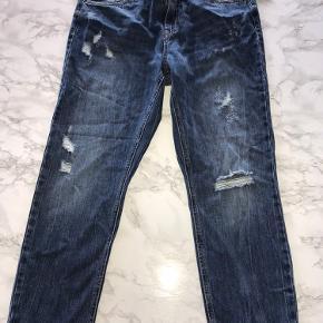 Mom jeans fra Only model Lose fit/ Comfi fit str. 28/32. Bukserne går til anklerne. Aldrig brugt stadigvæk med mærke.