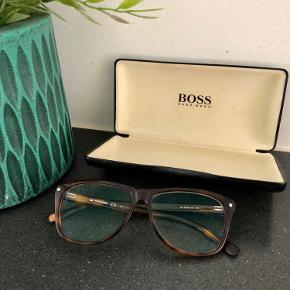 Briller fra Hugo Boss.  Ventre øje er +5,75  og højre +1,75. Glasset kan dog tages ud, og der kan sættes et i der matcher din styrke.