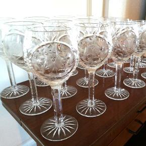 Krystal glas 24 stk. Super flotte gamle krystal glas. 12 stk. Højde 18 cm. Diameter Ca. 8 cm. 12. Stk. Lidt mindre højde 16 cm. Diameter Ca. 7 cm. Køb det antal glas du har brug for. Kan afhentes i Århus N. /Trøjborg
