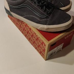 Sælger et par vans Old school DX. Dark Skate/wind. Skoene er super fine og har en masse liv i sig, jeg sælger dem på grund af jeg dsv ikke kan passe dem mere :(. Skoene er en str. 42.5 men fitter op til en lille str. 44. Byd eller skrev for mere info. Hvis køber er interesseret kan jeg give skoene en vask og en gang super White så de står skarpt til sommer!