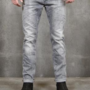 """Varetype: Jeans Størrelse: 31/32"""" Farve: Grå Oprindelig købspris: 1100 kr.  Aldrig brugt  Str 31/32  Se også de mange andre annoncer på min profil."""