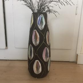 Smuk West Germany vase.  Højde 40 cm Diameter i top 9 cm  Der ses 3-4 afslag i toppen og et lille i bunden.   Afhentes på indre Nørrebro el. sendes med Dao.