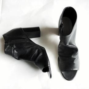 Bianco peep-toe støvletter i læder. str. 41. Aldrig brugt. Hælen er 8 cm.