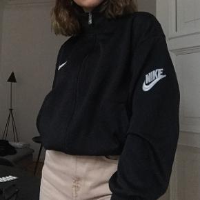 Næsten ubrugt Nike swoosh sportstrøje Egentlig til mænd men begge køn kan bruge den