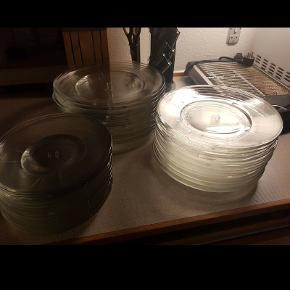 Mega flotte rosendahl glas tallerkener, bliver ikke lavet mere, de har stået i skabet og set flotte ud. Der er 16 af hver størrelse.