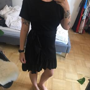 Sort kjole fra BYIC med glitter i, i str M. Den er brugt 1 gang og fejler ingenting ting.  250kr🌸  Køber betaler fragt eller kan afhentes i Holstebro. Der sendes med DAO  Er til salg på andre sider