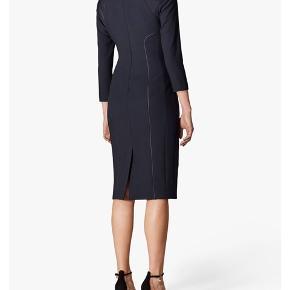 Aldrig brugt, stadigvæk med prismærke, mørkeblå / navy business kjole fra Karen Millen i størrelse 6 / 34 / XS.  Jeg må indse, at jeg desværre ikke få den brugt. Den er ellers virkelig fin! 😍   #30dayssellout