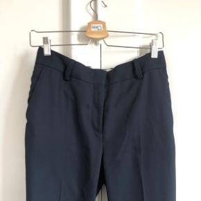 Flot mørkeblå bukser fra arket i str 36. Næsten som nye, slender fit