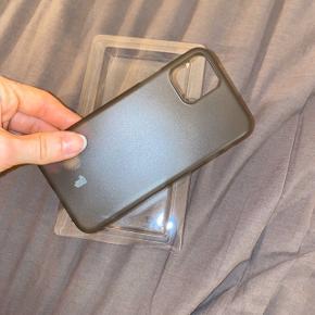 Tyndt IPhone 11 Pro cover i mat grå/sort. Halv gennemsigtig. Modtaget i dag (d. 11/01-2020). Sælges da returporto er for dyr!   Info: • 0,18 mm. tykkelse • Der er ekstra kant på ved kamera, så det er beskyttet  • Aldrig brugt • Afhentes i Viby J./Aarhus C • Kan sendes på købers regning
