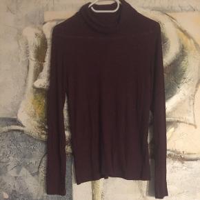Rullekravebluse fra amisuStår str xl men passer også str L Lav din egen tøjpakke, 10 dele for 100kr, ellers er det nuværende pris der gælder