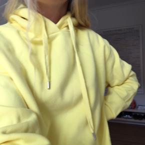 Sød gul hættetrøje fra Envii🌞🌞 Str S, passer og str M. Stadig med prismærke i, så derfor helt ny og aldrig brugt