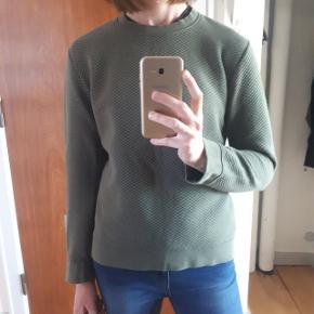 Grøn trøje fra Samsøe & Samsøe. Brugt 2 gange.  Måler ca 50 cm fra ærmegab til ærmegab og 55 cm i længden. Np 600 kr.  Byd  Kan hentes i Roskilde eller sendes med DAO mod betaling af fragt.
