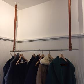 Grå garderobestang med justerbare læderstropper  L 135 cm, højdejusterbar: 87-107 cm Np 1399,-