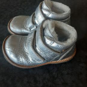 Næsten som nye varme kvalitets vinterstøvler fra Bisgaard.   Kig endelig forbi mine andre annoncer.   Kan hentes på Amager eller sendes mod betaling