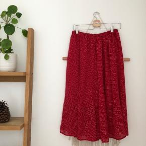Vildt flot rød prikket nederdel Købt vintage i Paris Er selv M og passer den fint også, der er god elastik i taljen. 🌸 Tjek også mine andre annoncer fra fx monki, zara, vintage #trendsalesfund