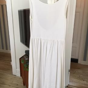 Hvid kjole med dyb udskæring i ryggen. Mærket er klippet af, men passer en str L.