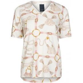 Luxzuz str 40 Smukkeste t-shirt med lys bund og rosa/guld kædemønster. Med v-udskæring og kort ærme  Materiale: 82% viscose 18% elastane Pasform: Normal Vaskeanvisning: 30 g