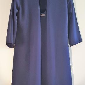 A-line kjole fra Andy Warhol Pepe Jeans.  Med flot broderi og nøglehul lukning i ryggen. Mål:  Længde 88 cm Bryst 49 cm Ærmelængde 42 cm