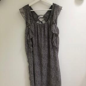 Fin kjole fra «yaya collection». 100% polyester.  Fejler intet.  Kan bruges med bælte, og uden.