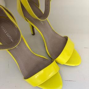 Brugt meget få gange har derfor små brugstegn under skoen , fejler dog intet :)
