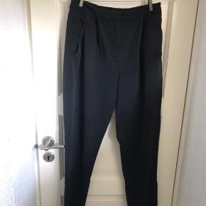 Bukserne er brugt en del for nogle år tilbage, men viser ikke andre tegn på slid andet end at vaskemærket er slidt af i vask.  Pigen på billedet er 166 cm høj.  Køber betaler fragt: 37kr