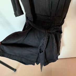 Sort/grå denim buksedragt i shorts. Brugt 3-4 gange. Kan passe af en xs-small  Bud er velkomne!