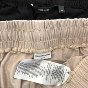 har ryddet ud i klædeskabet og fundet en masse flotte ting som sælges billigt, finder du flere ting, giver jeg gerne et godt tilbud 2 stk shorts sælges samlet for 120 kr. * Sandfarvet Jacqueline de young str 26 * Sorte Vero Moda str XS