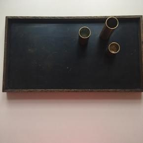 Bakken har været brugt, men er fin. Vi har kun brugt den med metalskiven opad.  Smart bakke lavet i eg. Der medfølger 3 magnetiske stager i messing - i forskellig højde. Placer lysestagerne hvor du vil og pynt bakken med dit yndlings accessories.   Materiale: Eg og messing Mål: B: 32,5 x L: 18 x H: 2,5 cm   Design: The Oak Men