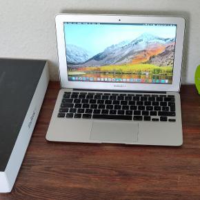 """MacBook Air 11"""" årgang 2010. I meget pæn og velholdt stand og uden fejl. Der forekommer kun mindre ridser/mærker. Opdateret til nyeste version af os x Mac High Sierra. Desuden er der installeret Microsoft Office på den. Med hurtig Intel dual-core processor, 2 GB RAM, 128 GB SSD harddisk, indbygget WiFi, Bluetooth, FaceTime kamera og mikrofon. Ligeledes med DK tastatur. Sælges med original Apple Magsafe oplader og kasse. Nulstillet, opdateret og klar til brug :-)"""
