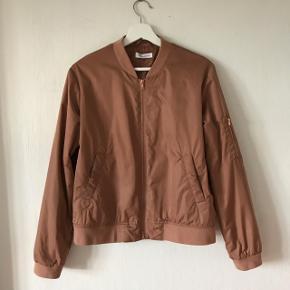Sælger denne søde jakke fra Moss Copenhagen. Jakken har været brugt, men fejler intet.  Kom med et bud:))