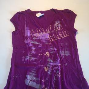 """Frisk lilla """"Calvin Klein Jeans Copy"""" T-shirt."""
